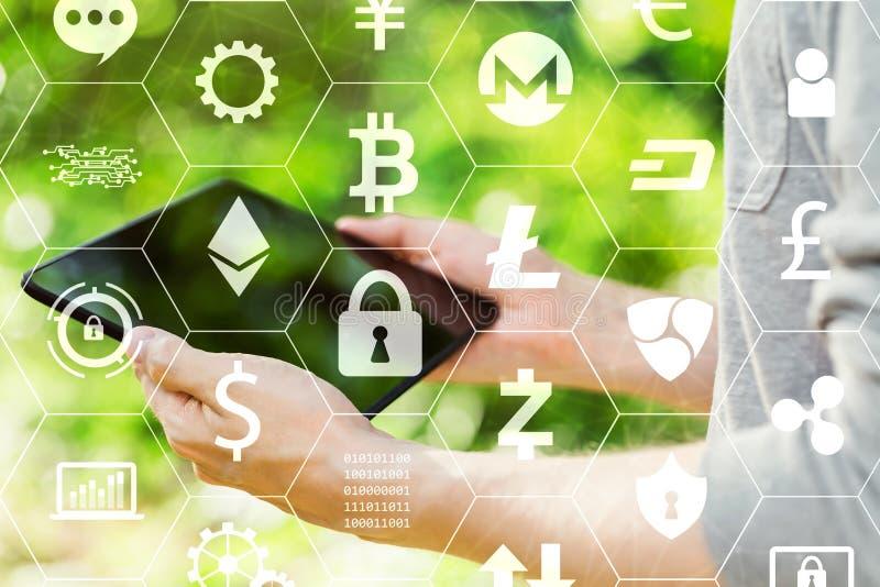 Cryptocurrency z mężczyzną trzyma jego pastylkę obraz royalty free