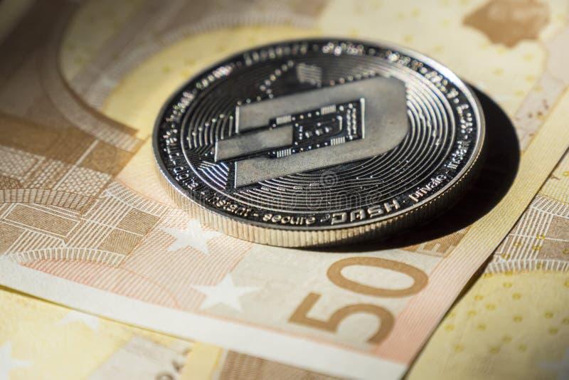 Cryptocurrencymuntstukken over euro bankbiljetten; Streepjemuntstuk royalty-vrije stock afbeelding