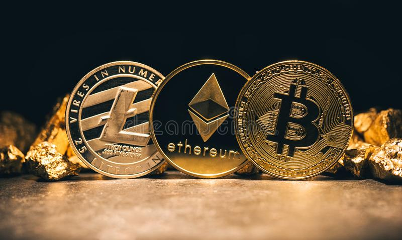 Cryptocurrencys d'or Bitcoin, Ethereum, Litecoin et monticule de photo stock