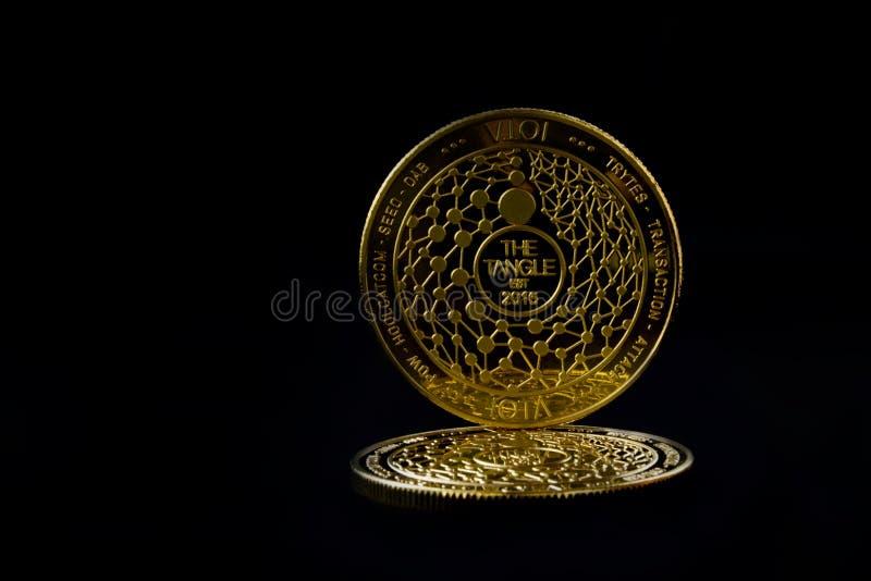 Cryptos pièces de monnaie iota de devise avec l'espace libre photos stock