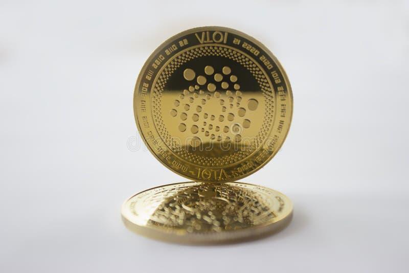Cryptos pièces de monnaie iota de devise sur le fond blanc 3 image libre de droits