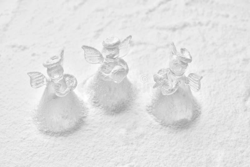 Crystal ängeljulgarnering i snön royaltyfria foton