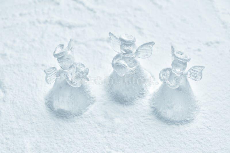 Crystal ängeljulgarnering i snön arkivfoto