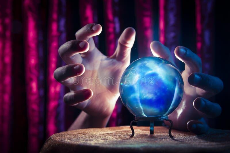 Crystal Ball du diseur de bonne aventure avec l'éclairage dramatique image stock
