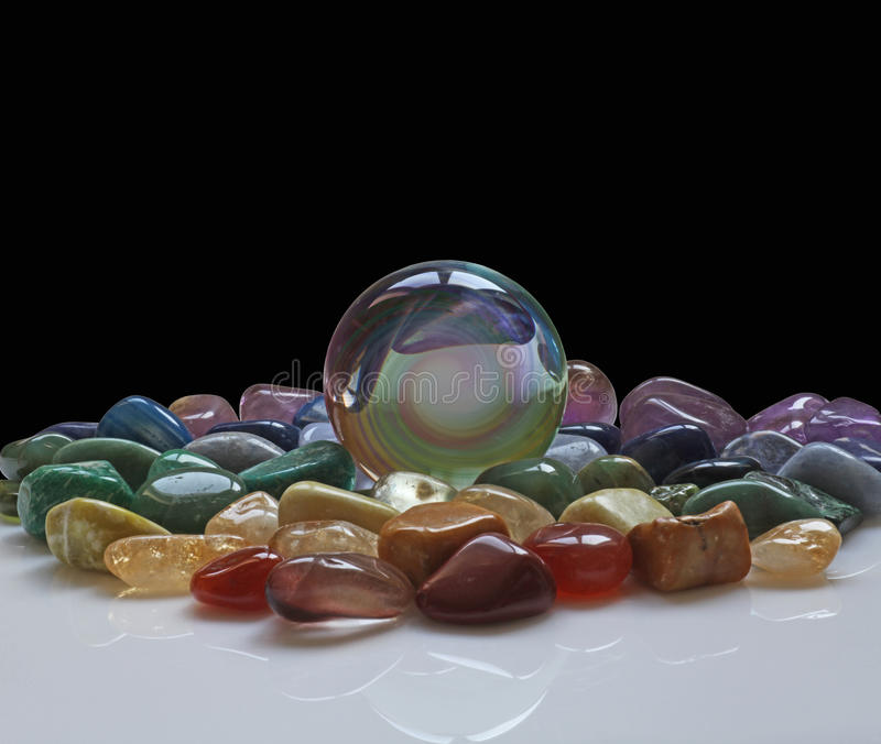 Crystal Ball umgab durch heilende Kristalle stockbilder