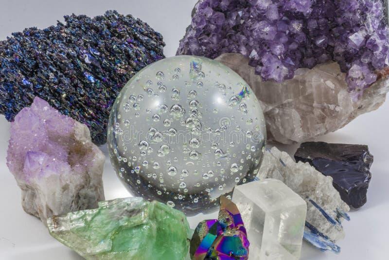 Crystal Ball und verschiedene Kristalle stockbilder