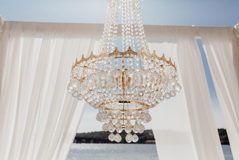 Crystal Balls op Golden Chandelier en Altar Arch stock foto