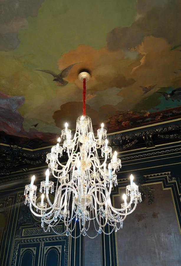 Crystal Chandelier en el palacio de la escuela andaluz real en el la Flontera de Jerez imágenes de archivo libres de regalías