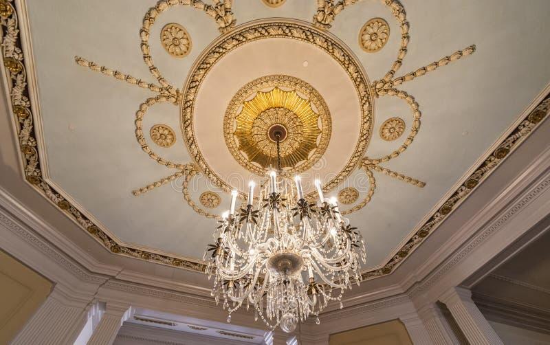 Crystal Chandelier lamp die aan het plafond hangt stock afbeelding