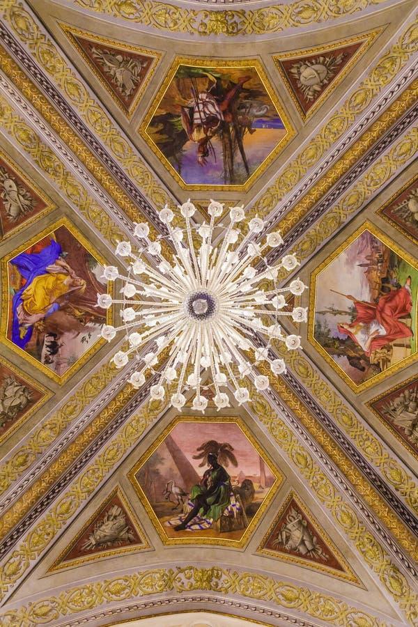 Crystal Chandelier Under Painted Frescoes fotografia de stock royalty free