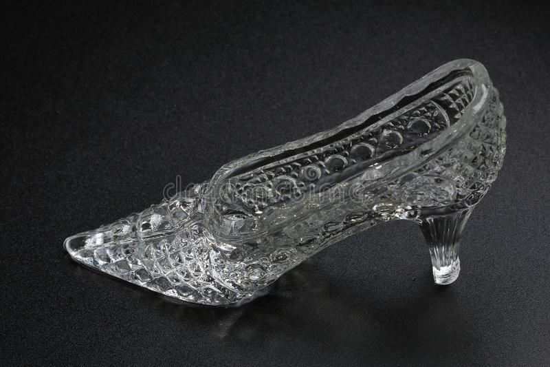 Crystal Cinderella Shoe auf einem dunklen Hintergrund Dekorativer Zusatz stockfotografie