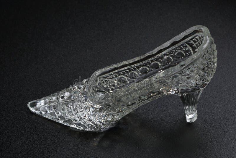Crystal Cinderella Shoe em um fundo escuro Acessório decorativo fotografia de stock