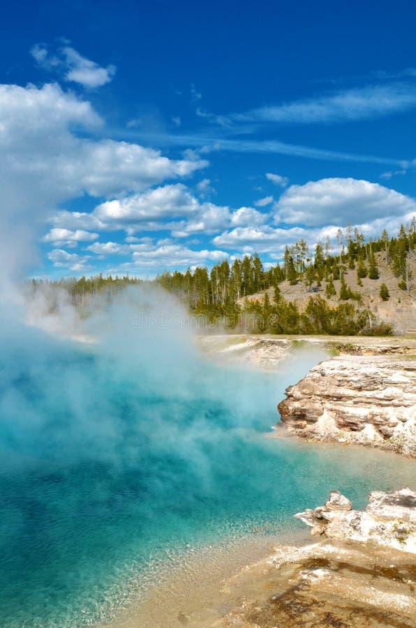 Crystal Clear Blue Waters do geyser excelsior no parque de Yellowstone foto de stock