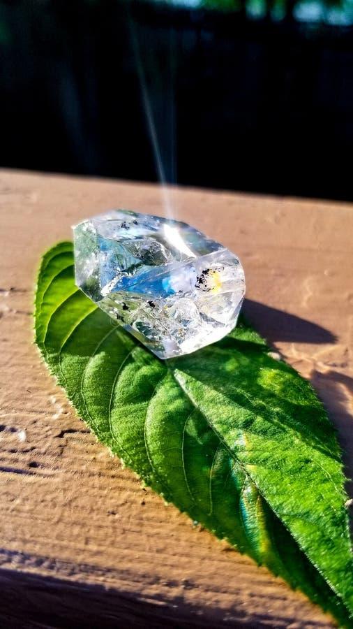 Crystal Diamond en la hoja foto de archivo libre de regalías