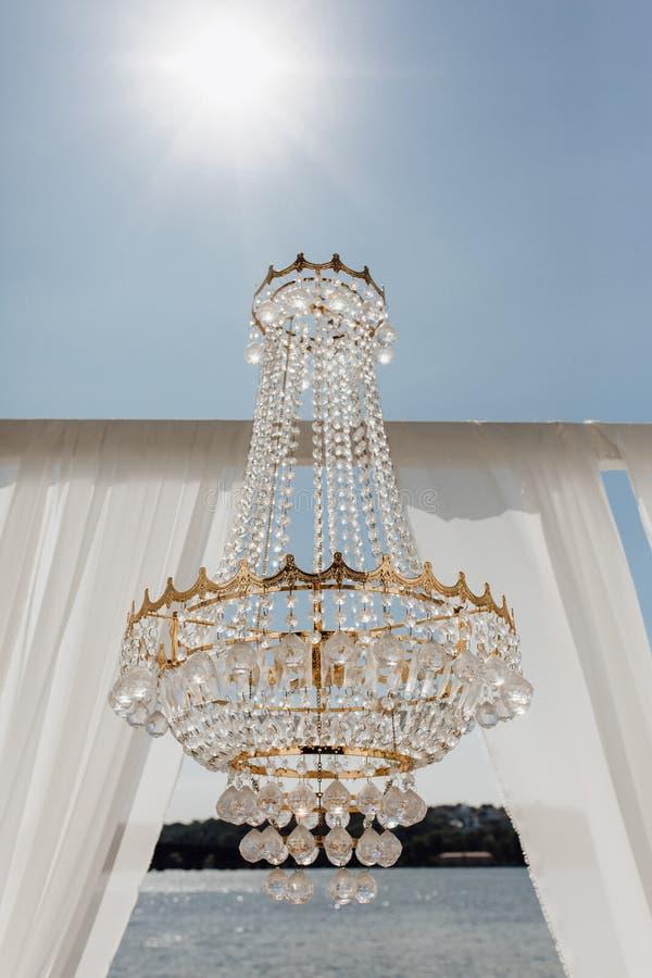 Crystal en Golden Chandelier en Arch Curtains royalty-vrije stock afbeelding