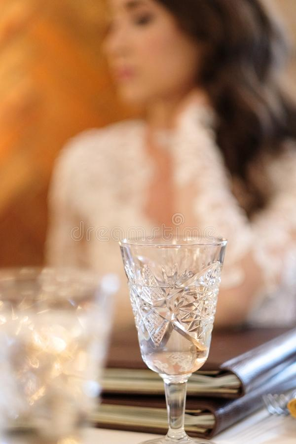 Crystal Glass avec du vin blanc photos stock