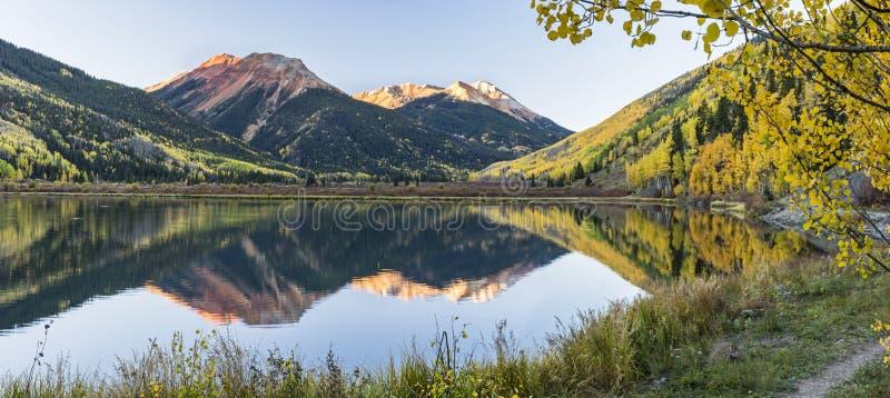 Crystal Lake Panorama Framed vid aspar arkivbild