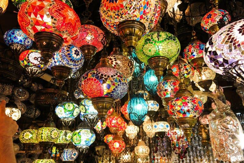 Crystal lampor som är till salu på den storslagna basaren på Istanbul fotografering för bildbyråer