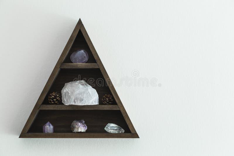 Crystal Shelf Hung triangular em uma parede fotografia de stock royalty free