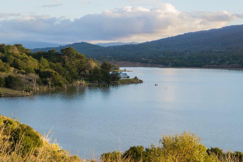 Crystal Springs Reservoir no por do sol, área de San Francisco Bay, Califórnia foto de stock royalty free