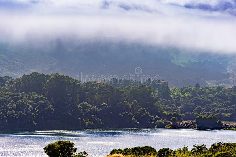 Crystal Springs Reservoir superiore, la parte dello spartiacque di San Mateo Creek e le montagne di Santa Cruz hanno coperto di n fotografie stock libere da diritti