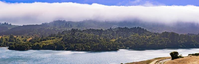 Crystal Springs Reservoir superiore, la parte dello spartiacque di San Mateo Creek e le montagne di Santa Cruz hanno coperto di n immagini stock libere da diritti