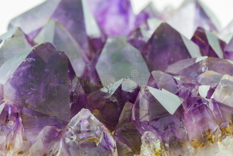 Crystal Stone, cristalli ametisti ruvidi porpora fotografie stock