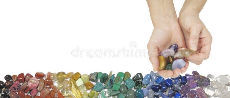 Crystal Therapist Offering een citroengele getuimelde steen royalty-vrije stock foto