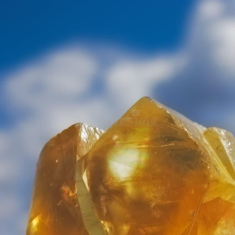 Crystalls oranges sur le fond de ciel bleu image libre de droits