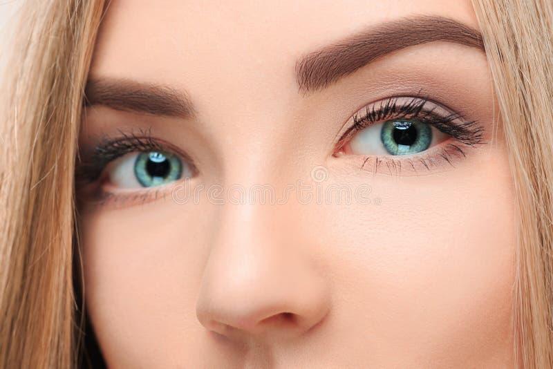 CThe förlorar-upp framsidan av den nätta flickan med härliga stora blåa ögon arkivfoton