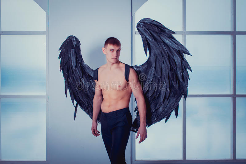 Cthe mężczyzna z aniołów skrzydłami obrazy stock