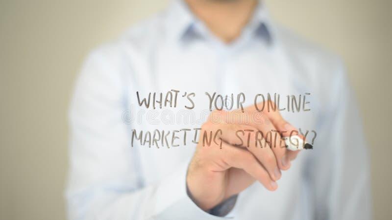 Cuál es su estrategia de marketing en línea, escritura del hombre en la pantalla transparente imágenes de archivo libres de regalías