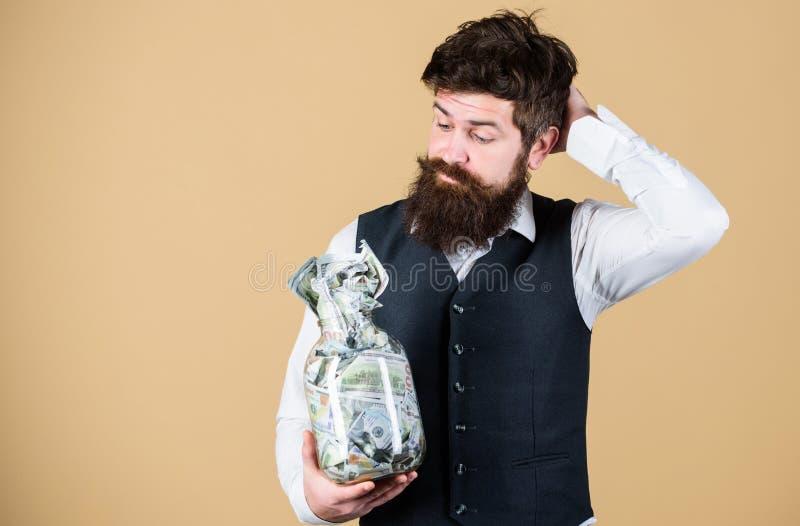 Cuál es una buena manera de invertir el dinero Hombre barbudo que piensa en la inversión del dinero en negocio Hombre de negocios imagen de archivo libre de regalías
