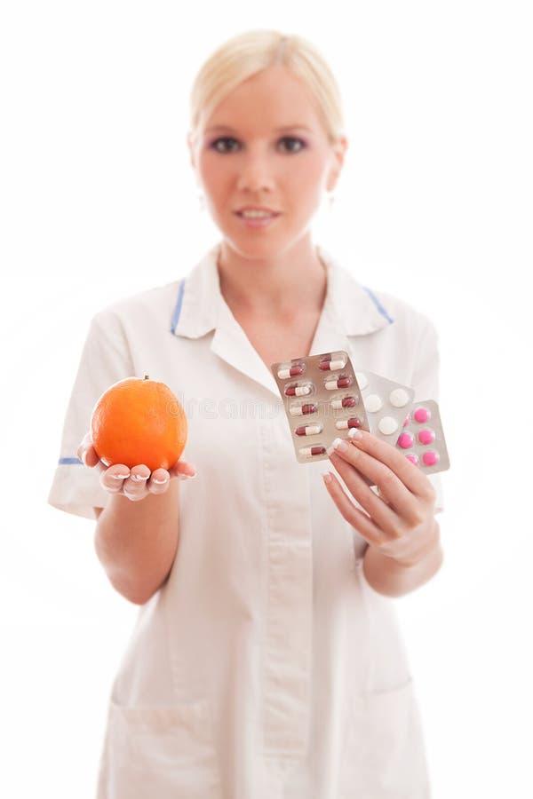 Cuídese o cuide con la naranja y las píldoras imagenes de archivo