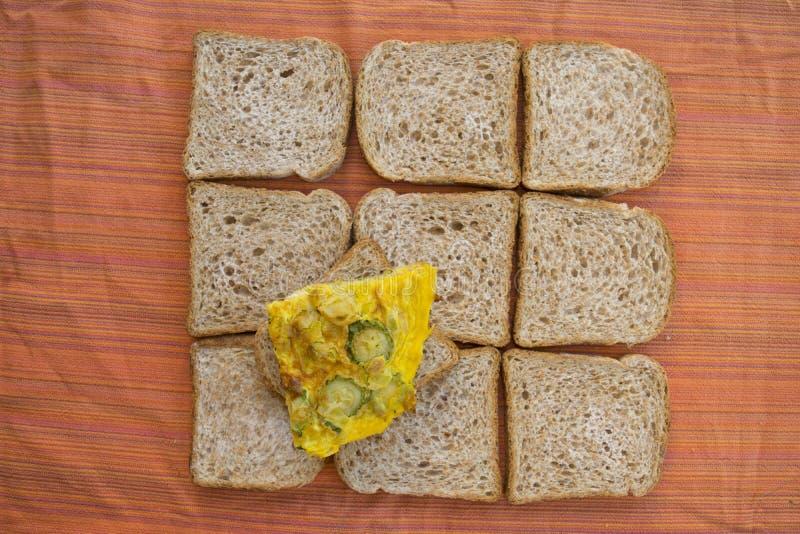 Cuña de la tortilla del calabacín en un fondo del pan del bocadillo imágenes de archivo libres de regalías