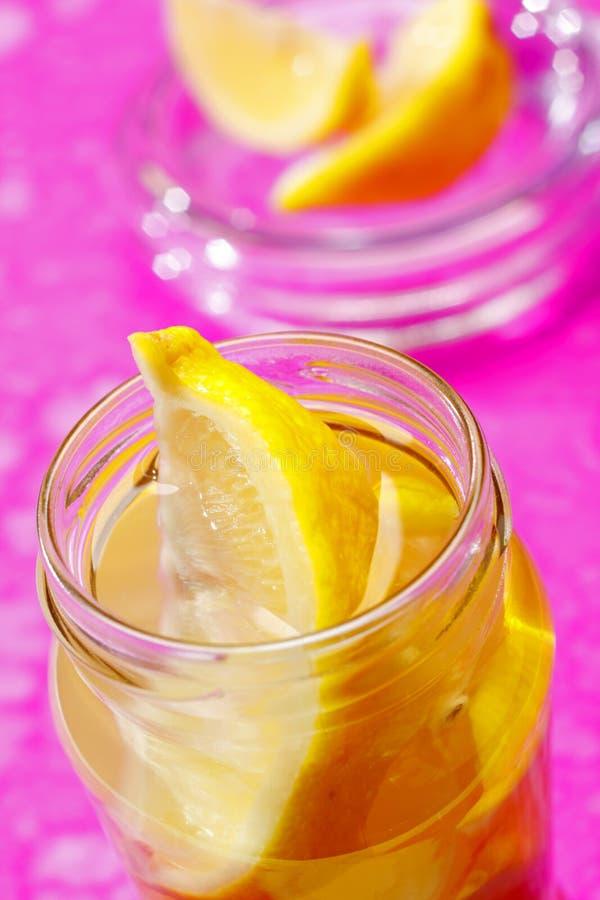 Cuñas de limón en tarro imagenes de archivo