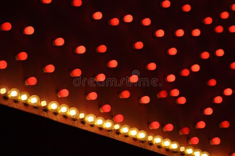 CU rouge et blanc diagonal de chapiteau d'ampoules photos stock