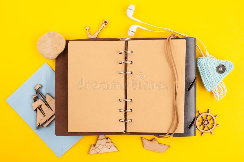 Cuaderno abierto en blanco, viaje y decoraci?n n?utica fotos de archivo