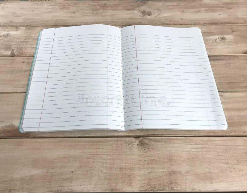 Cuaderno abierto en el tablero de madera foto imagen de archivo libre de regalías