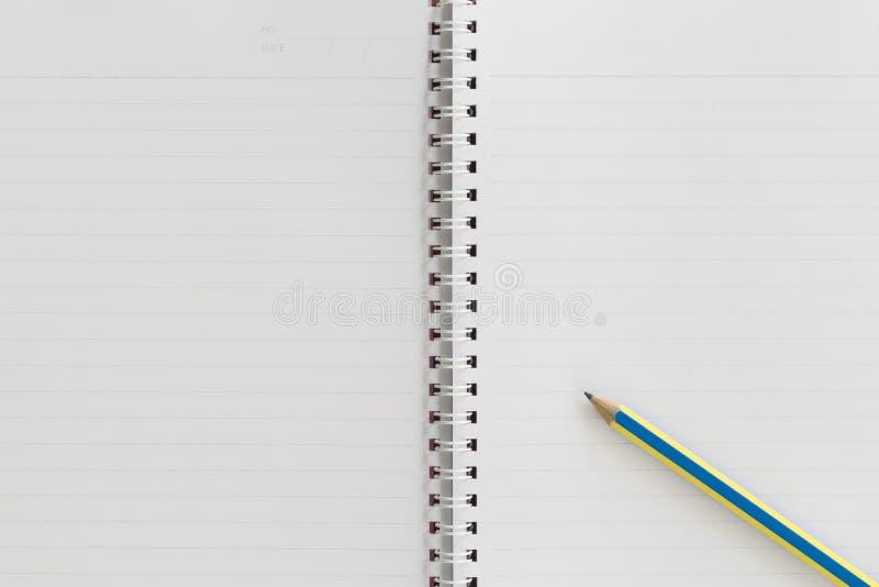 Cuaderno blanco con el lápiz fotografía de archivo