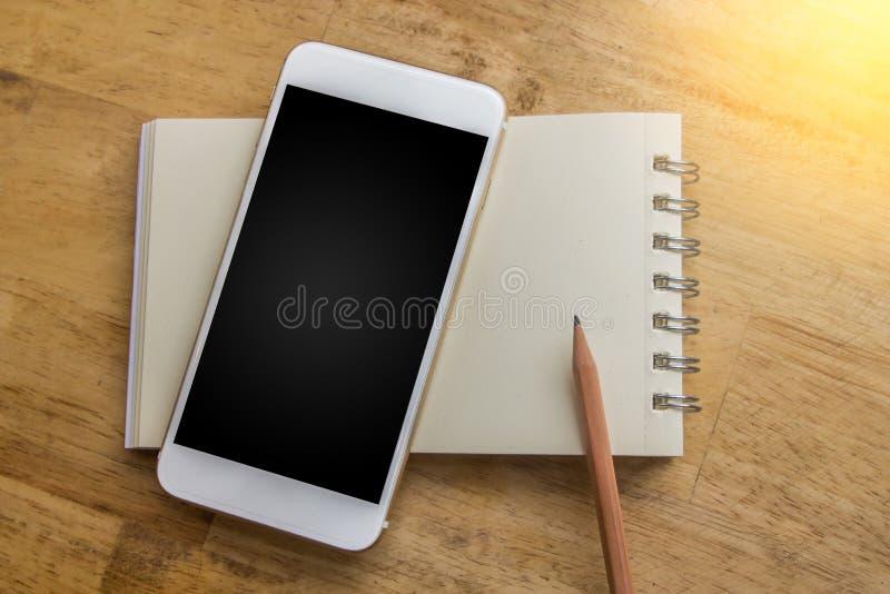 Cuaderno con el concepto del lápiz a traer en el nuevo planeamiento y t libre imágenes de archivo libres de regalías