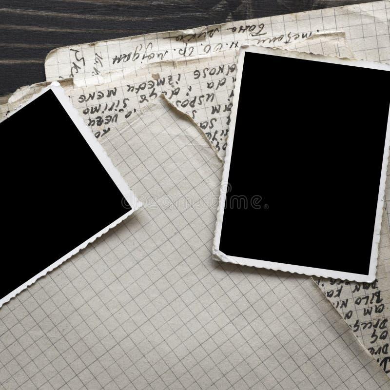 Cuaderno con la foto vieja del marco en el fondo de madera de la tabla imágenes de archivo libres de regalías