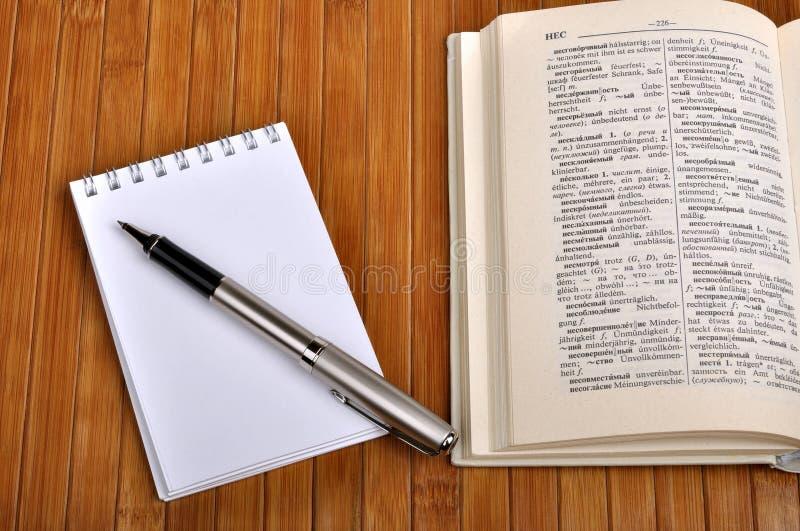 Cuaderno con la pluma fotografía de archivo