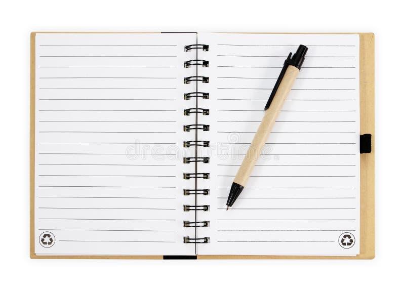 Cuaderno con la pluma Aislado en el fondo blanco fotos de archivo