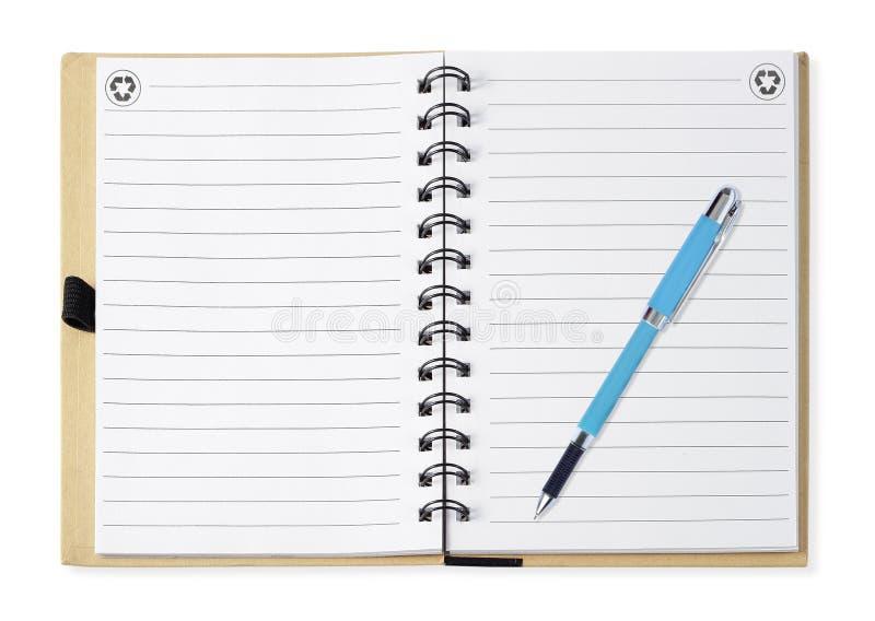 Cuaderno con la pluma azul, aislada en blanco imagen de archivo
