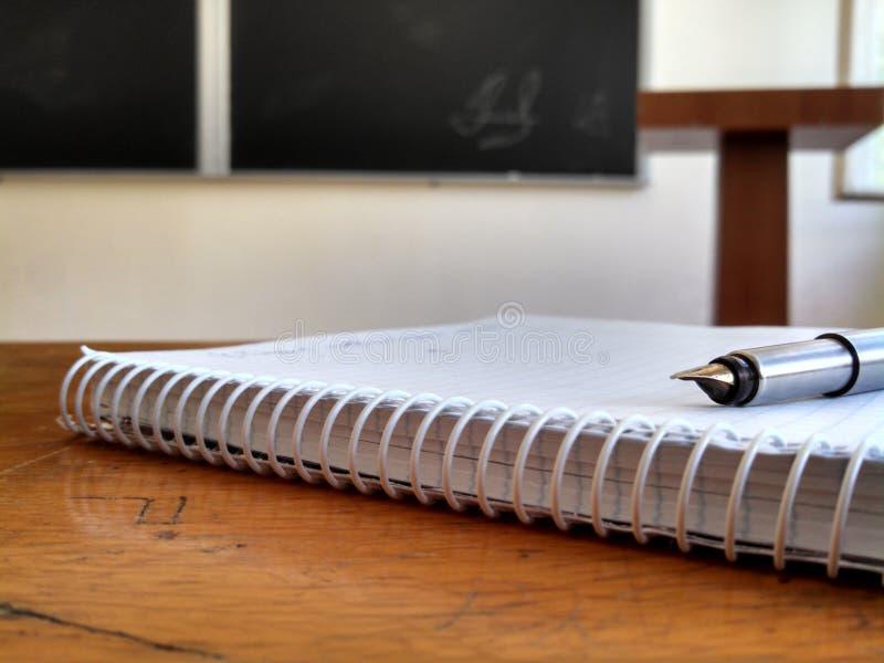 Cuaderno con la pluma en auditorio imagen de archivo libre de regalías