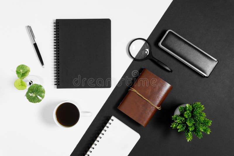 Cuaderno con la taza de café en fondo blanco y negro fotos de archivo