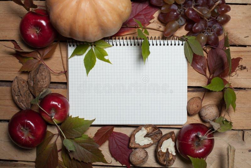 Cuaderno con las frutas del otoño foto de archivo libre de regalías