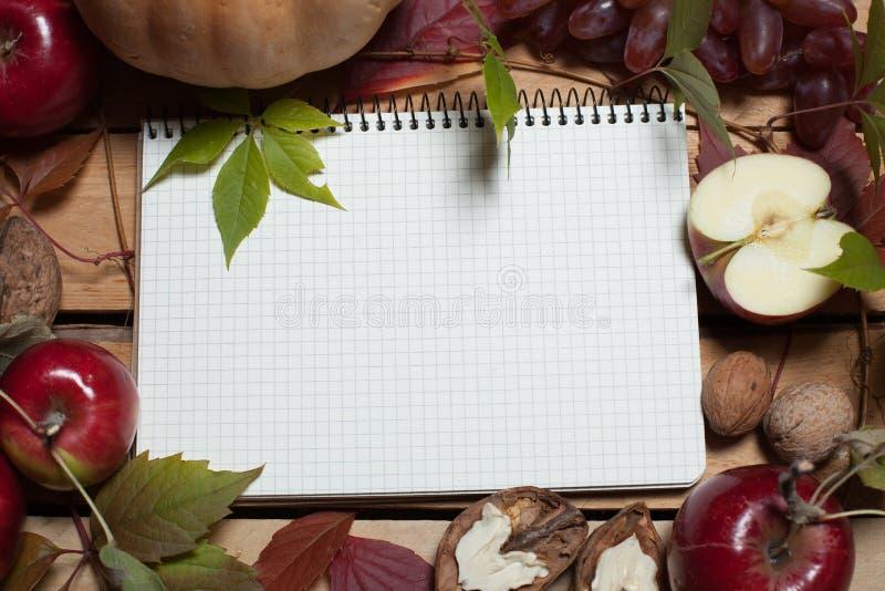 Cuaderno con las frutas del otoño imágenes de archivo libres de regalías