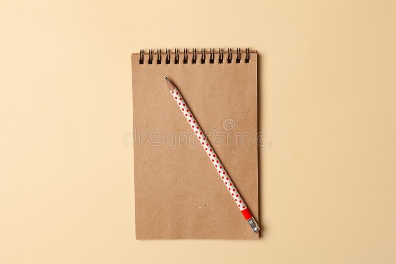 Cuaderno con las hojas de Kraft, papel para las notas, escribiendo recetas foto de archivo libre de regalías